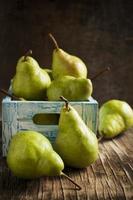 frische Birnen in einer Holzkiste foto