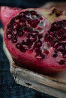 Granatapfelfrucht mit Samen geschnitten foto