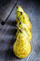 gelbe Birnen in einer Reihe foto