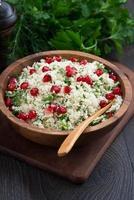 Blumenkohl-Couscous mit Kräutern und Granatapfel, senkrecht foto
