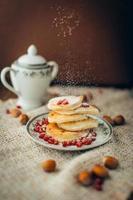 weißer Pfannkuchen mit Schokolade und Granatapfel, Weihnachtshintergrund foto