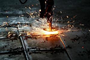 industrielles Laserschneiden von Metall mit Funken foto
