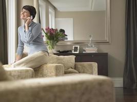 Frau, die auf dem Handy kommuniziert foto