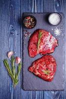 rohes Lammfleisch auf Steinbrett. foto