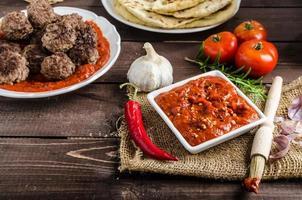 indisches Mittagessen - Fleischbällchen mit Naan foto