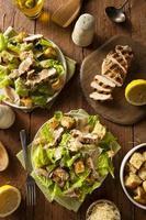 gesunder gegrillter Hühnchen-Caesar-Salat