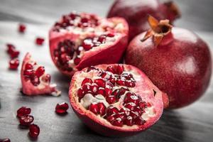 Granatapfel mit rotem Saft foto