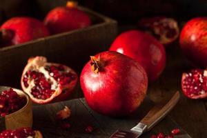 rohe organische rote Granatäpfel