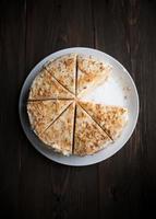 hausgemachter Honigkuchen mit geschnittenem Stück auf einem Tisch foto