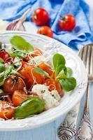 Salat mit Tomaten, Sauerrahm und Blauschimmelkäse foto