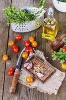 Salatzutaten auf einem rustikalen hölzernen Hintergrund foto