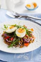 Salat mit Linsen und Eiern foto
