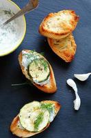 Bruschetta mit gegrillter Zucchini foto