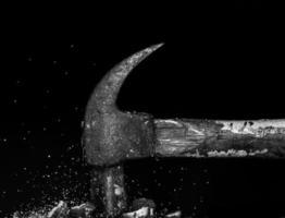 Hammer schlägt Steine foto