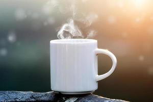 Morgenkaffee auf dem Felsen. foto