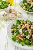 Salat mit neuen Kartoffeln und Blauschimmelkäse foto