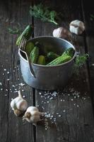 Zubereitung von salzarmen eingelegten Gurken foto
