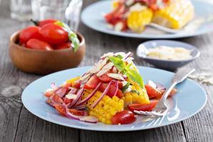 Salat mit gebackenem Mais foto