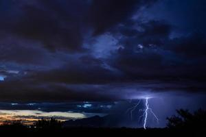 Sonnenuntergang Blitz über Tucson foto