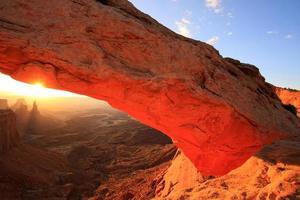 glühender Mesa-Bogen bei Sonnenaufgang, Canyonlands National Park, Utah, u foto