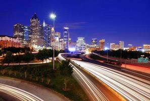 Stadtbild der Innenstadt von Atlanta in der Abenddämmerung foto