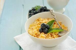 köstliches Frühstück mit frischen Beeren auf altem hölzernen Hintergrund foto