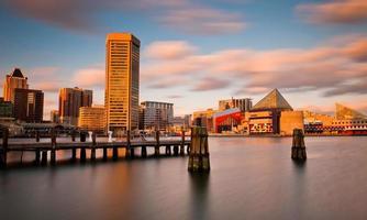 abendlange Belichtung der Skyline des Baltimore-Innenhafens, März foto