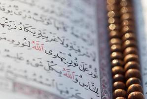 Koran mit Rosenkranz foto