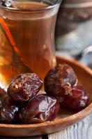 arabischer Tee und Datteln foto