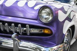 lila klassisches Muscle-Car mit Chrom und Flammen