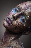 Porträt der Frau mit ungewöhnlichem Löserfarben-Make-up