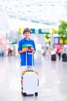 Junge, der mit dem Flugzeug reist foto