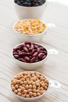 Sammlungssatz von Bohnen, Hülsenfrüchten, Erbsen, Linsen auf weißem Holz foto