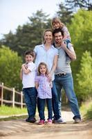 Familie mit Zwillingsmädchen auf dem Land foto
