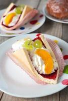 frischer Sahne-Eclair-Kuchen foto
