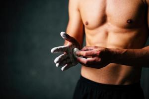 Sportler, der Talk auf seine Handflächen legt foto