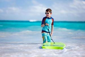 Junge surft
