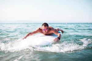 Surfen, Surfen, Strand. Surfer fängt eine Welle foto