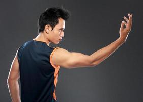 junger Mann macht Yoga