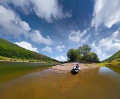 Sommerausflug auf dem Fluss mit dem Kanu foto