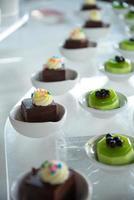 Vielzahl von Mini-Dessert in einer Reihe foto