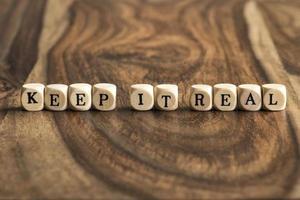 Wort halten es real auf Holzwürfeln