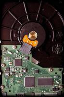 Festplattenbasis mit grünen Mikroschaltungskomponenten foto