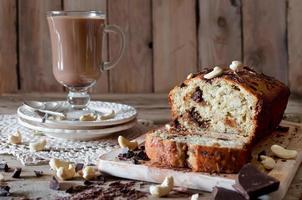 Bananen-Cupcake mit Schokolade und Cashewnüssen foto
