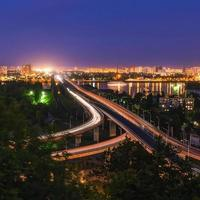 Straßen-Eisenbahn-Brücke am Abend Kiew. Ukraine