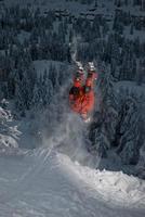 Skifahrer flippt von einer Klippe zurück