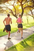 Paar läuft im Park foto