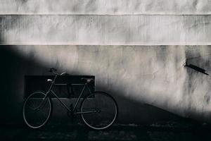 Radfahrer an einer alten Mauer mit einem Relief foto