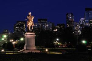 Boston Public Garden und Skyline der Stadt bei Nacht