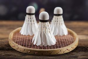 Badminton. Paddel und Federball. foto